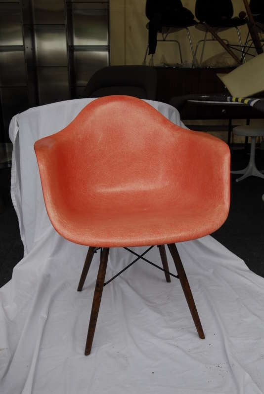 Siège « DAR» (Dining Armchair Rod) de Charles et Ray Eames de 1950, coque en fibre de verre.
