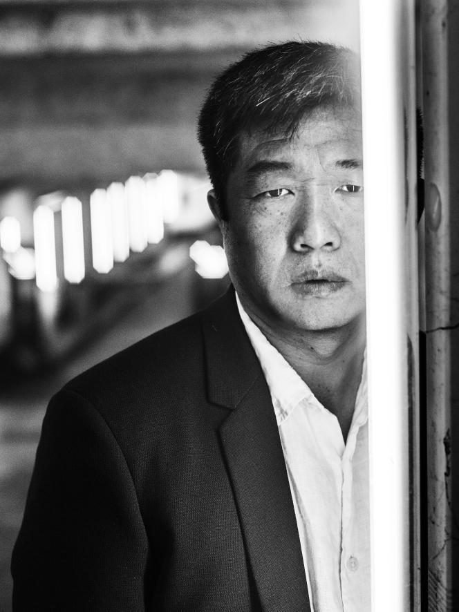 Le réalisateur Wang Bing dans le parking de l'hôtel Gray d'Albion à Cannes, le 8 mai 2018.