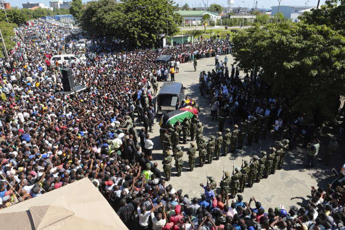 Le cercueil d'Afonso Dhlakama porté par des soldats de l'armée gouvernementale mozambicaine qu'il combattait, lors des funérailles officielles du leader de la Renamo, le 9mai 2018 à Beira.