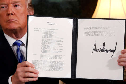 Donald Trump montrant le décret proclamant son intention de quitter l'accord sur le nucléaire iranien, mardi 8 mai.