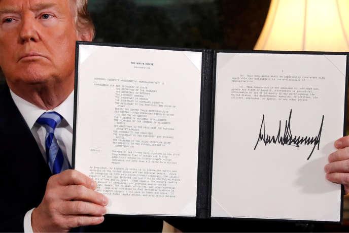 Donald Trump montre le document officialisant la sortie de Washington de l'accord nucléaire iranien, le 8mai 2018.