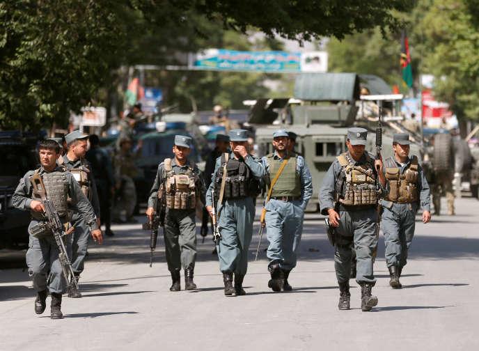 Des policiers afghans sur les lieux de l'attaque à Kaboul, le 9mai.