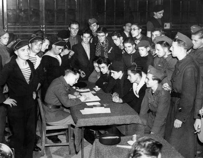 Engagement de nouvelles recrues à Londres, à l'été 1940, dans les Forces françaises libres.