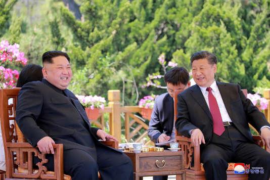 Le dirigeant nord-coréen, Kim Jong-un, et le président chinois, Xi Jinping, à Dalian, en Chine, le 9 mai 2018.