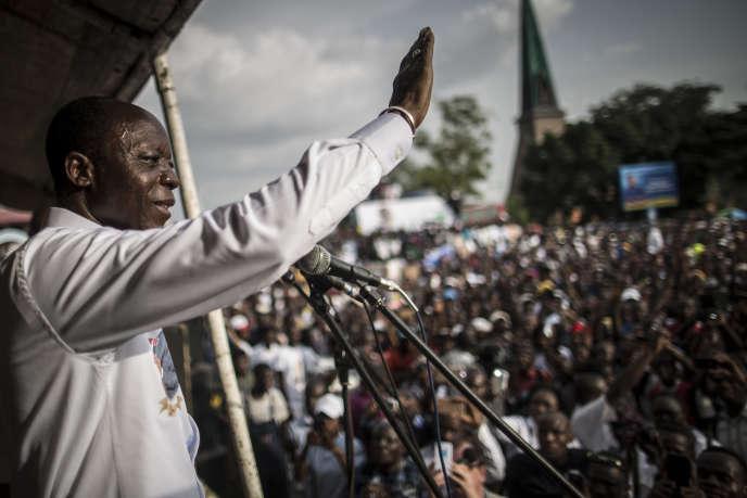 Jean-Marie Michel Mokoko devant ses supporteurs, le 18 mars 2016 à Brazzaville.