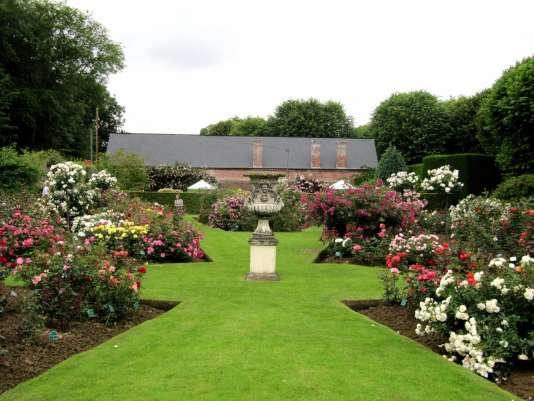 Pour leur forme, leur parfum ou leur couleur, le château du Mesnil-Geoffroy rassemble près de 2 500 rosiers.