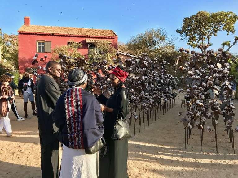 """""""Le champ de coton"""", œuvre de l'artiste sénégalais Soly Cissé dans le cadre de l'exposition Off de la Fondation Dapper à Gorée, au Sénégal, le 5 mai 2018."""