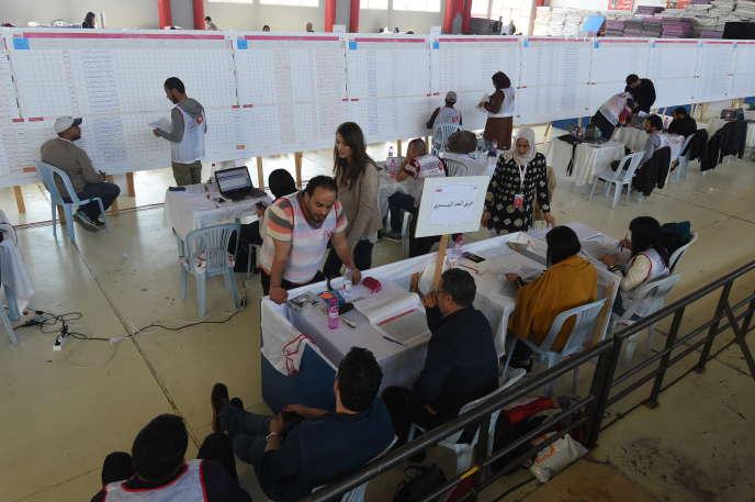 Dans un centre de dépouillement de l'Ariana, en banlieue de Tunis, le 7mai 2018, au lendemain du premier scrutin municipal depuis la révolution de 2011 en Tunisie.