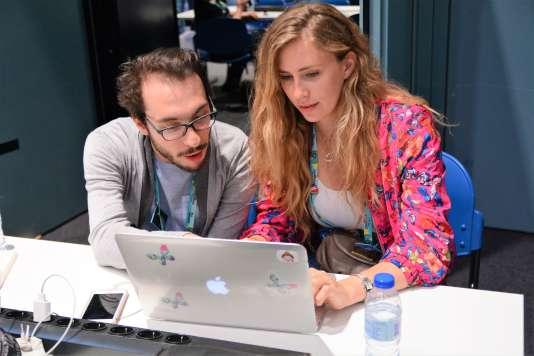 Au centre de presse, Margaux et Alexis préparent les articles et vidéos qu'ils publient chaque jour sur Concours-eurovision.fr.