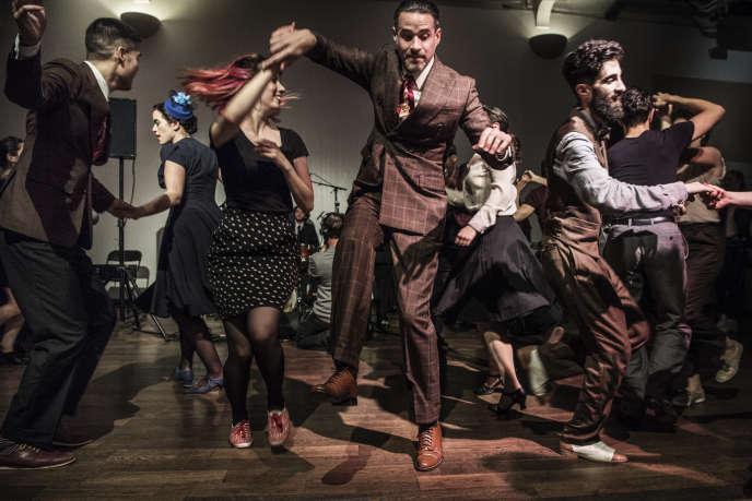 Depuis sept ans, La Bellevilloise, institution parisienne de la fête, organise chaque mois un grand bal swingà Ménilmontant.