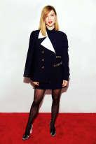Revoilà Léa Seydoux à New York. L'actrice est venue assister à la première du film «Zoe» et en profite pour roder sa garde-robe pour le Festival de Cannes. De fait, il y a de fortes raisons de penser que ce beau manteau, reprenant les codes du traditionnel caban, tel le col cranté ou les boutons plats diminuant le risque de s'accrocher aux cordages, fera le déplacement sur la Croisette. Car il y a plein de bateaux à Cannes (dernière précision : là-bas, on les appelle des yachts).