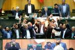 Après la décision de Donald Trump de retirer les Etats-Unis de l'accord sur le nucléaire iranien, les députés conservateurs ont mis le feu à un drapeau américain.