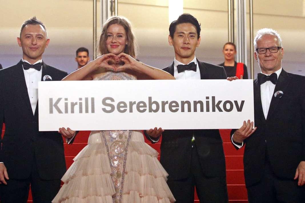 De gauche à droite : l'acteur Roman Bilyk (Roma Zver), l'actrice Irina Starshenbaum, l'acteur Teo Yoo et le délégué général du Festival de Cannes, Thierry Frémaux, avec unepancarte au nom du réalisateur russeKirill Serebrennikov lors de la montée des marches à Cannes, le 9 mai 2018.