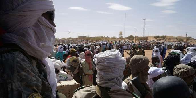 Habitants et membres de différents groupes armés réunis pour écouter le premier ministre malien Soumeylou Boubèye Maïga, en visite à Ménaka le 9 mai 2018.