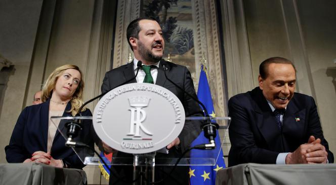 Le chef de la Ligue du Nord Matteo Salvini (au centre) et, derrière lui, la présidente du parti Frères d'Italie, Giorgia Meloni et l'ex-premier ministre etleadeur de Forza Italia, Silvio Berlusconi au palais du Quirinale à Rome, le 12 avril.