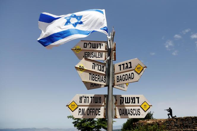 Un drapeau israélien sur un panneau de circulation au Mont Bental, un point d'observation situé sur le plateau du Golan, le 10 mai 2018.