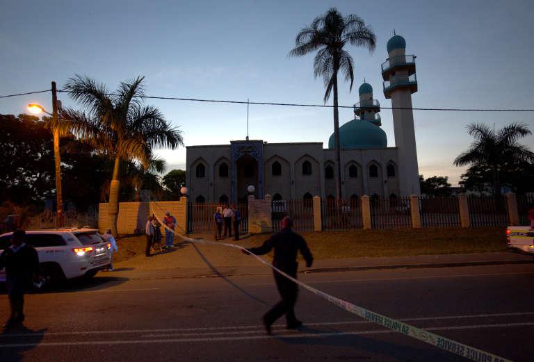 Devant la mosquée Imam-Hussein de Verulam, dans la province sud-africaine du Kwazulu-Natal, après l'attaque menée partrois hommes non identifiés, jeudi 10 mai2018.