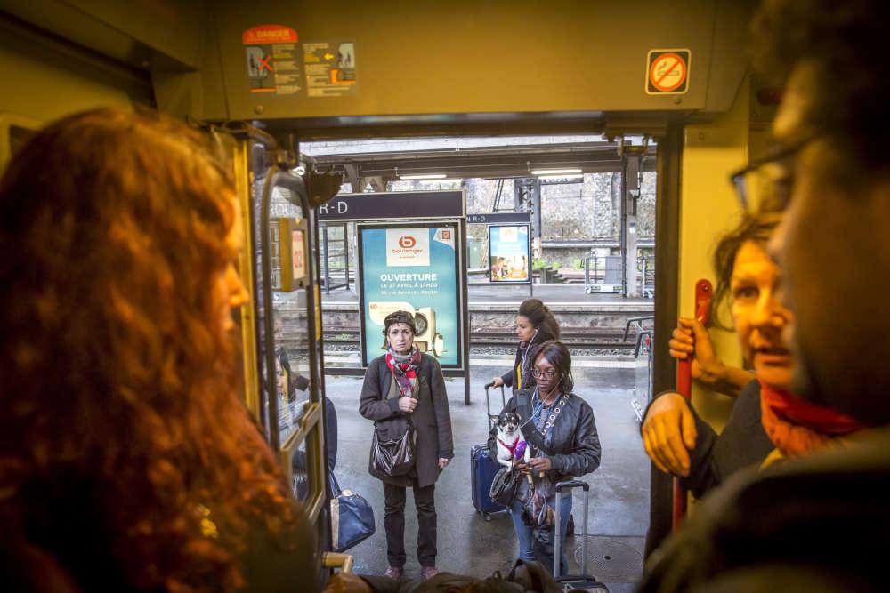 """Au départ de Rouen, dans la soirée. «Cela arrive souvent que nos trains se transforment en """"omnibus"""" pour se substituer aux trains de banlieue», résume Karine, une assistante sociale rouennaise de 35 ans qui travaille à Paris."""