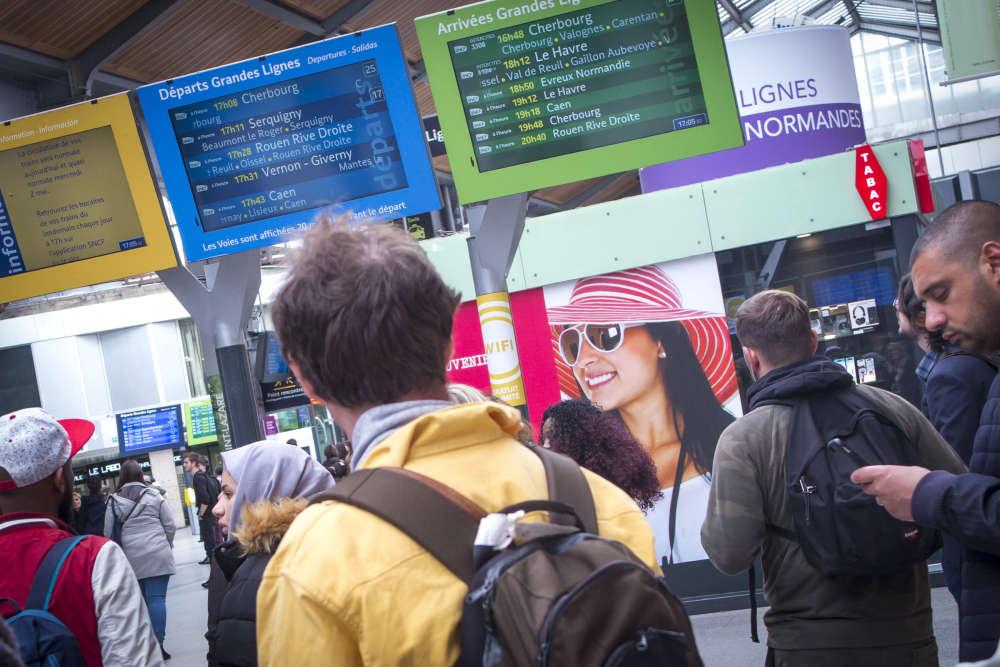 A la gare Saint-Lazare à Paris, mercredi 2 mai.«Cinq millions de personnes voyagent chaque année sur la ligne, un train part [de Saint-Lazare] toutes les vingt-quatre secondes, le moindre grain de sable vient tout retarder», résume Eric Succab, directeur pour les trains Intercités de Normandie.