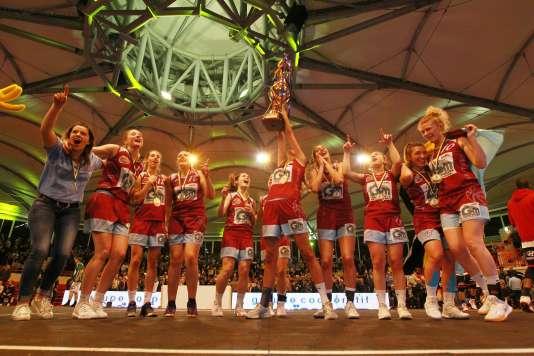 La joie de l'équipe féminine de l'Elan chalossais après sa victoire en finale de la Coupe des Landes, dans les arènes de Gamarde.