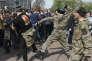 Des individus appartenant à des groupes paramilitaires s'en prennent violemment à des manifestants anti-Poutine, à Moscou, le 5 mai.
