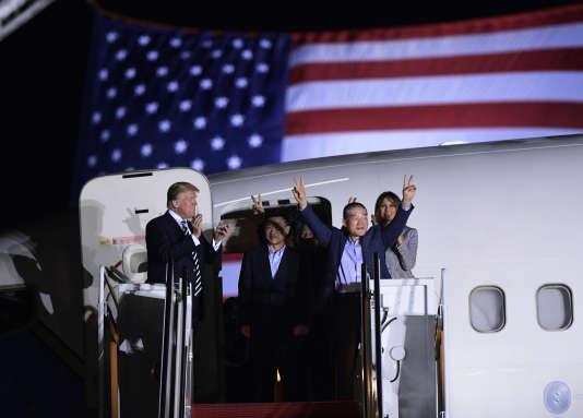 Donald Trump et Melania Trump ont salué, jeudi 10 mai, l'arrivée des trois anciens détenus américains en Corée du Nord, Tony Kim, Kim Hak Song et Kim Dong Chul, sur la base militaire d'Andrews.
