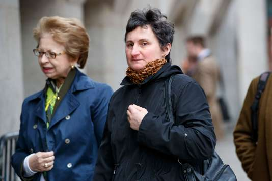 La mère de Sophie Lionnet arrive au tribunal de Londres, le 16 avril.