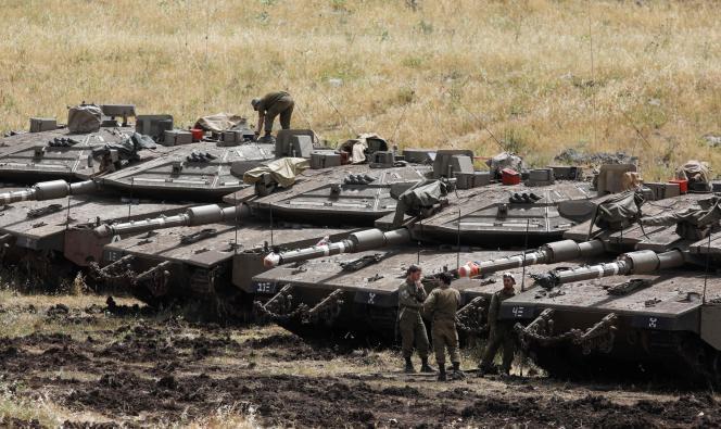 Des chars israéliens déployés le long de la frontière syrienne, sur le plateau du Golan, le 10 mai 2018.