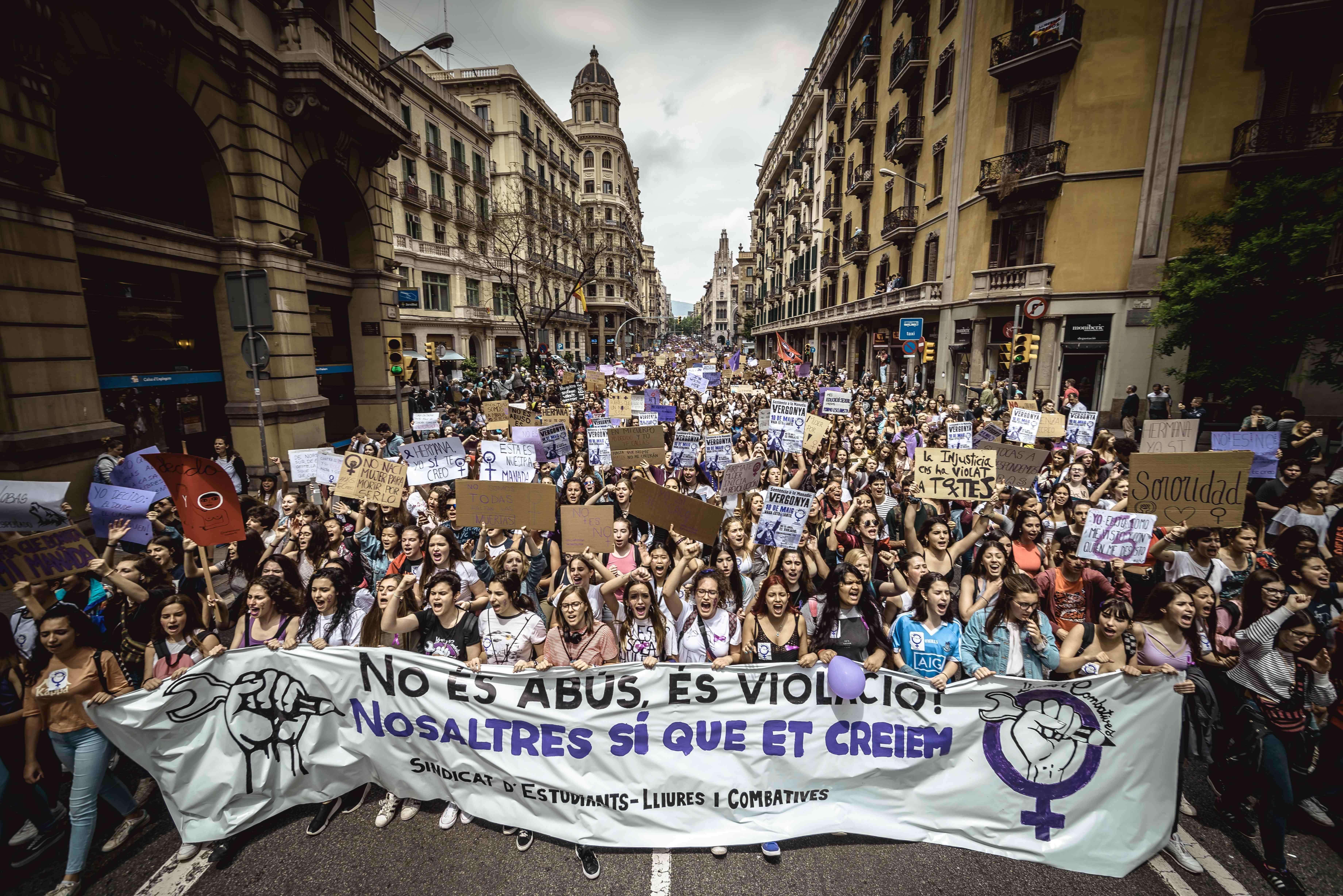Des milliers de lycéennes et d'étudiantes ont manifesté jeudi 10 mai dans toute l'Espagnecontre un jugement prononcé le 26 avril et qui a disculpé de «viol» cinq hommes se surnommant « La meute», les condamnant seulement pour «abus sexuel» sur une jeune fille de 18 ans.