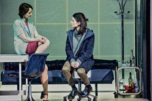 Judith Henry et Liza Blanchard dans « A la trace », d'Alexandra Badea, mis en scène par Anne Théron, au Théâtre national de la Colline.