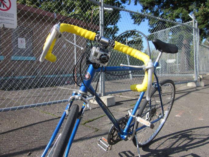 La caméra fixée sur le guidon permet au cycliste d'enregistrer ses trajets et d'utiliser au besoin les images contre un agresseur potentiel.