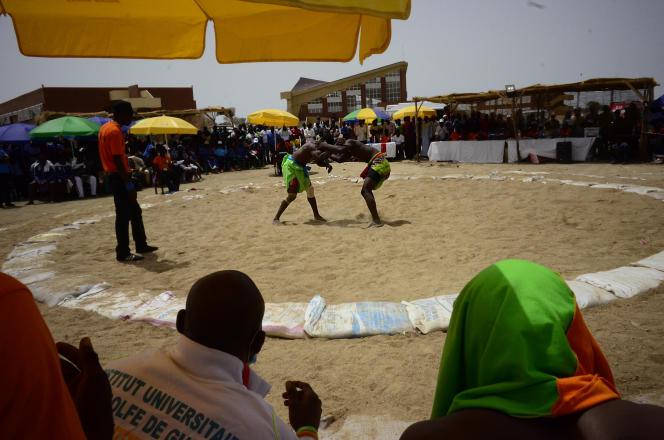 Un combat de lutte dans le cadre des Jeux universitaires organisés à Maroua, dans l'Extrême-Nord du Cameroun, en mai2018.