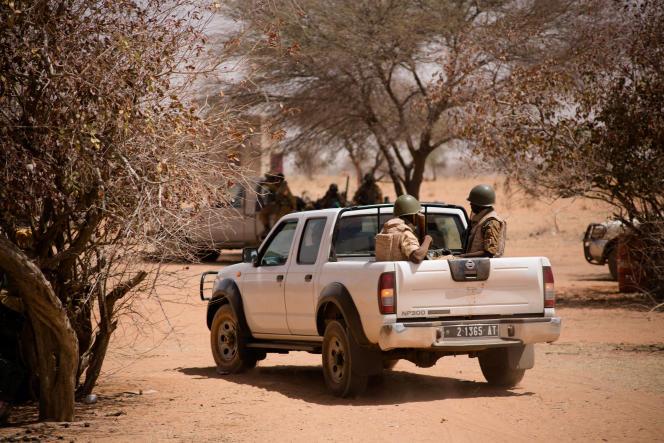Lors d'une opération de recherches de groupes armés terroristes, dans le nord du Burkina Faso, à la frontière avec le Mali, le 6 mars 2016.