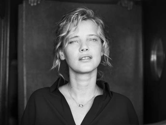 Joanna Kulig sur le bateau d'Arte, jetée Albert-Edouard, à Cannes, le 10 mai 2018.