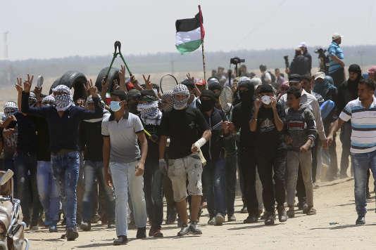 Des manifestants palestiniens marchent en direction de la frontière entre la bande de Gaza et Israël, le 11 mai.