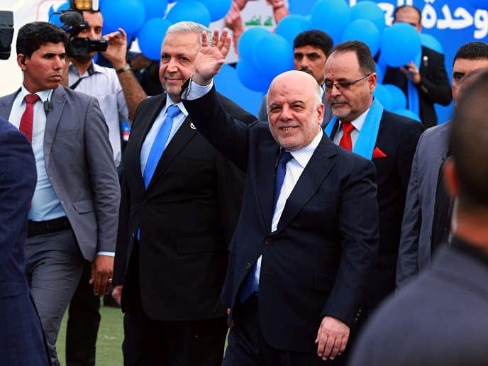 Le premier ministre Haïder Al-Abadi salue ses supporters avant un meeting de campagne, à Bagdad, le 1er mai 2018.