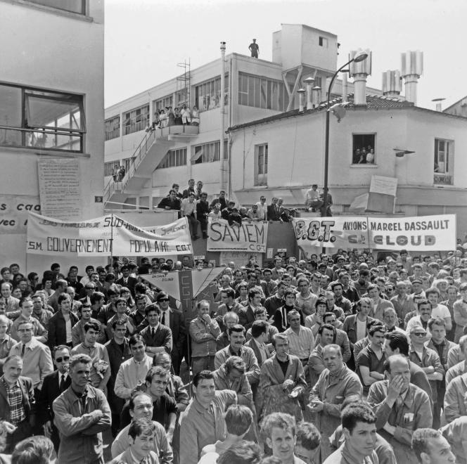 Grévistes devant l'usine Sud-Aviation de Suresnes (Hauts-de-Seine), en mai 1968.