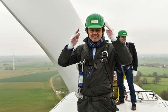 Le ministre de la transition écologique, Nicolas Hulot, visite un parc éolien, à Juillé, dans la Sarthe, le 8 janvier.