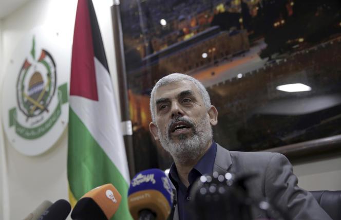 Le leader du groupe islamiste Hamas, Yahya Sinouar, dans son bureau à Gaza City, le 10 mai.