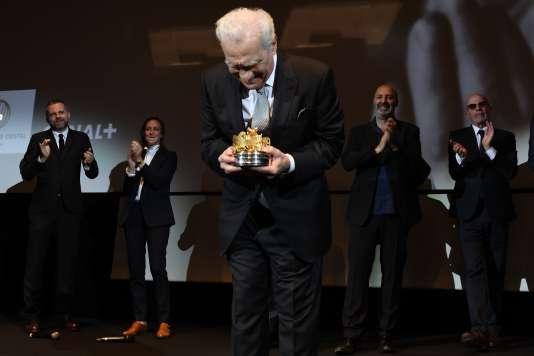 Martin Scorsese salue la salle après s'être vu attribuer unCarrosse d'or par la Société des réalisateurs de films, à Cannes, le 9 mai.