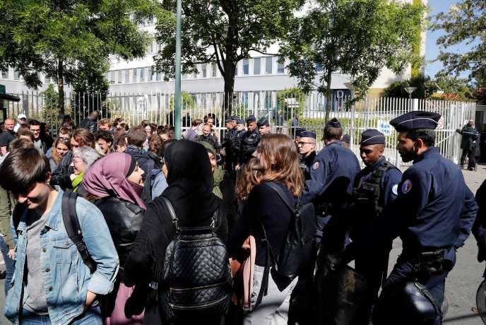Des policiers devant la salle d'examens d'Arcueil le 11 mai.