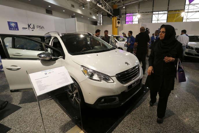 Une Peugeot 2008 présentée dans un showroom, à Téhéran, 5 octobre 2016.