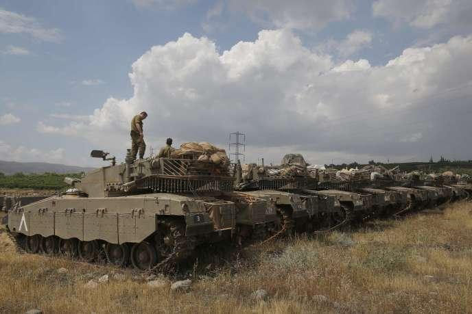 Des blindés de l'armée israélienne sur le plateau du Golan, près de la frontière syrienne, le 9 mai.