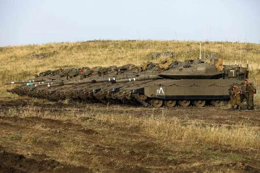 Tanks israéliens à proximité de la frontière syrienne sur le plateau du Golan annexé par Israël, le 9 mai.
