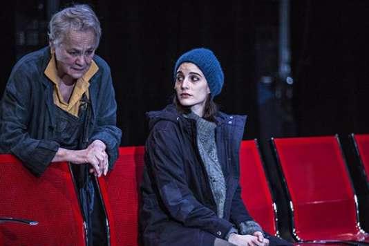 Maryvonne Schiltz et Liza Blanchard dans «A la trace», d'Alexandra Badea, mis en scène par Anne Théron, au Théâtre national de la Colline.