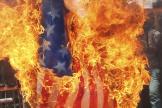 Un drapeau américain en flammes, pendant une manifestation en Iran.