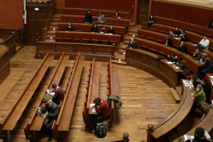 Des étudiants dans le grand amphithéâtre de l'université Lyon-II.