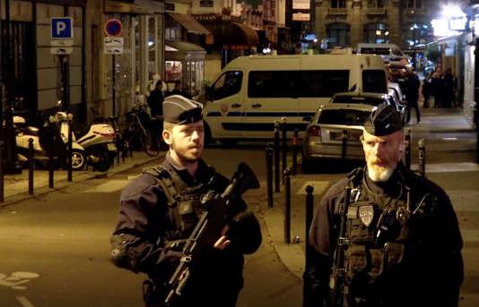 Des policiers sur les lieux de l'attentat au couteau survenu samedi 12 mai à Paris.