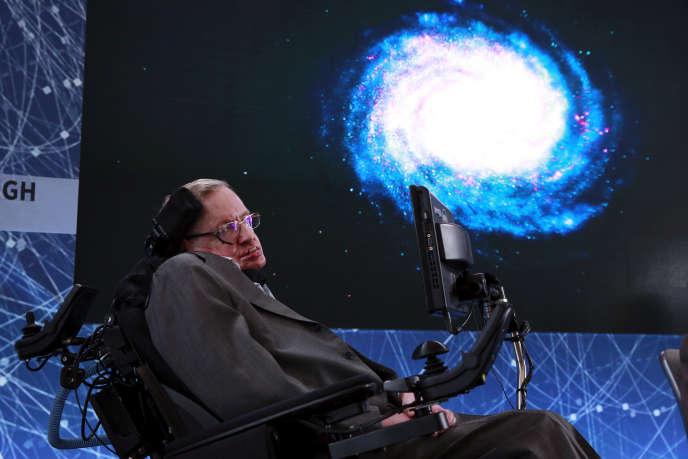 Le scientifique britannique Stephen Hawking lors de la présentation du projetBreakthrough Starshot, soit l'envoi de milliers de sondes dans l'espace, le 12avril 2016, à New York.
