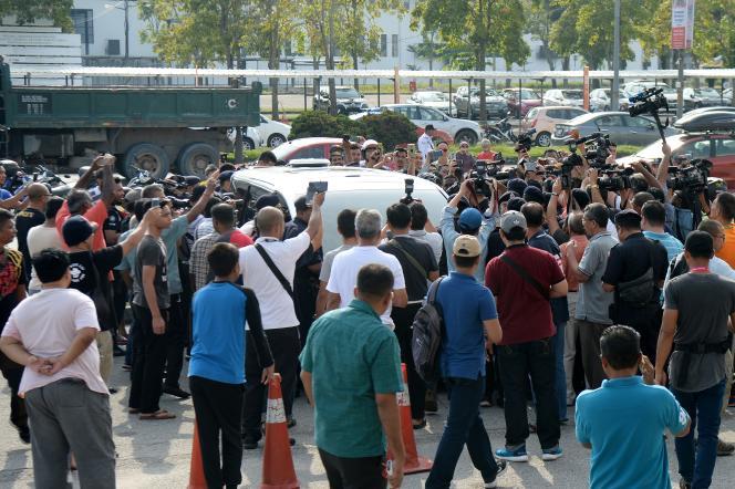 Une foule en colère s'est rendue aux abords d'un aéroport près de Kuala Lumpur, d'où le couple devait décoller, afin de l'empêcher de partir.